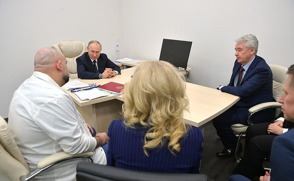 Владимир Путин осмотрел в московском посёлке Коммунарка больницу, предназначенную для пациентов с подозрением на коронавирусную инфекцию (6)