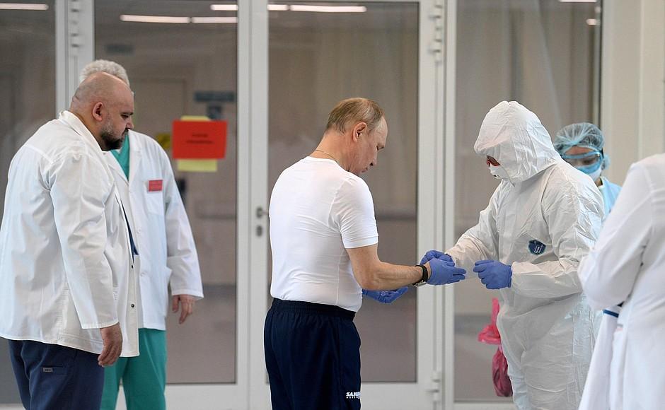 Владимир Путин осмотрел в московском посёлке Коммунарка больницу, предназначенную для пациентов с подозрением на коронавирусную инфекцию (12)