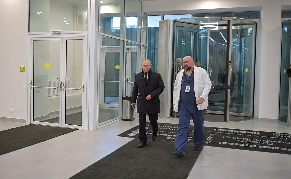 Владимир Путин осмотрел в московском посёлке Коммунарка больницу, предназначенную для пациентов с подозрением на коронавирусную инфекцию (9)