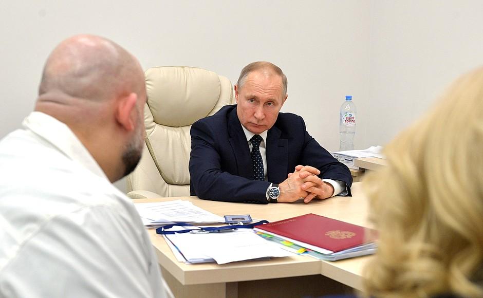 Владимир Путин осмотрел в московском посёлке Коммунарка больницу, предназначенную для пациентов с подозрением на коронавирусную инфекцию (8)