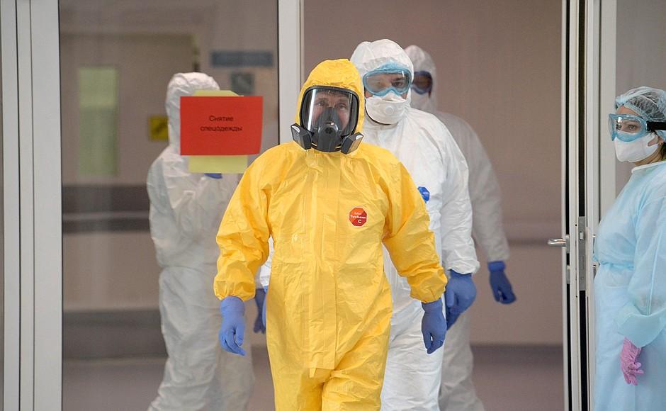 Владимир Путин осмотрел в московском посёлке Коммунарка больницу, предназначенную для пациентов с подозрением на коронавирусную инфекцию (11)