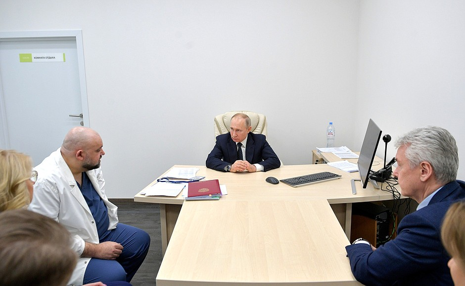 Владимир Путин осмотрел в московском посёлке Коммунарка больницу, предназначенную для пациентов с подозрением на коронавирусную инфекцию (7)