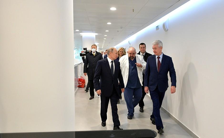 Владимир Путин осмотрел в московском посёлке Коммунарка больницу, предназначенную для пациентов с подозрением на коронавирусную инфекцию (3)